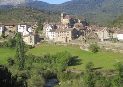 El Valle de Ansó (Pirineos) es conocido por la belleza de su entorno natural. Entre los parajes más destacados nos encontramos con la Foz, que da entrada al valle por Biniés, Zuriza, Linza, La Mesa de los Tres Reyes, Alano, el Ibón de Acherito, Agua Tuerta, el Ibón de Estanés… entre otros.